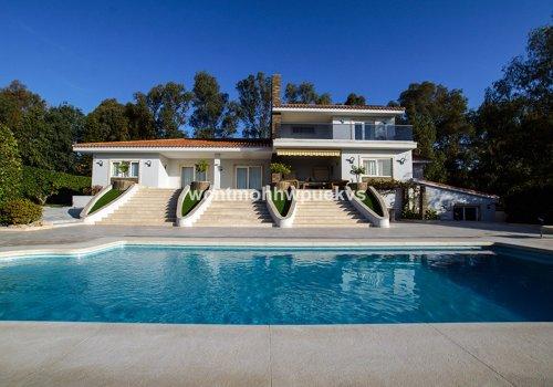 Majestuosa Villa en venta en Cabopino, Marbella con vistas al mar.