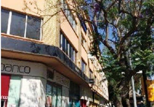 Local situado en la planta baja de un edificio de cuatro alturas sobre rasante. Se encuentra ubicado en Málaga capital.