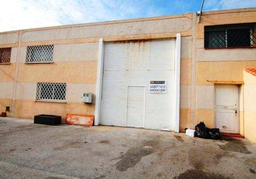 Nave en el Poligono Guadalhorce en alquiler con 114m2 en la planta baja diáfana + 30m2 en la entreplanta donde se encuentra una oficina, tiene agua y luz.