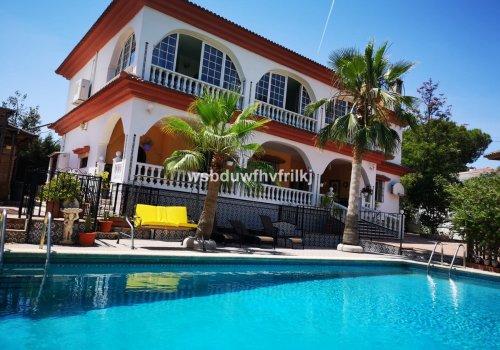 Fabulosa villa independiente lista para entrar a vivir, situada en una tranquila urbanización de Alhaurín de la Torre.